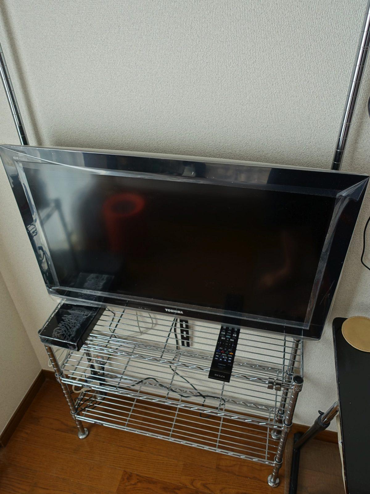一人暮らしでもOK!スチールラックで壁掛け・壁寄せテレビスタンドを自作する方法。